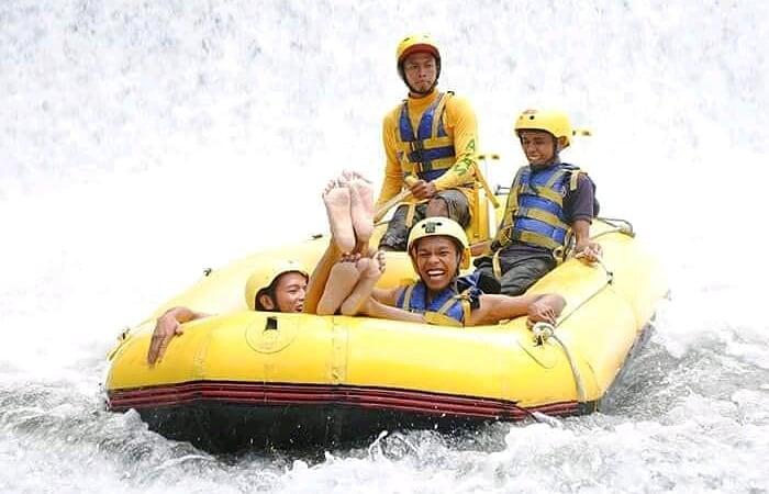Aktivitas Arung Jeram di Telaga Waja Rafting